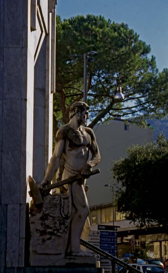 Carrara - Il Palazzo delle Poste (particolare)