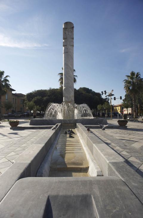 """Marina di Carrara - Piazza G.Menconi - """"La colonna del sole - Luce, acqua, terra"""", di Mohammad Sazesh"""
