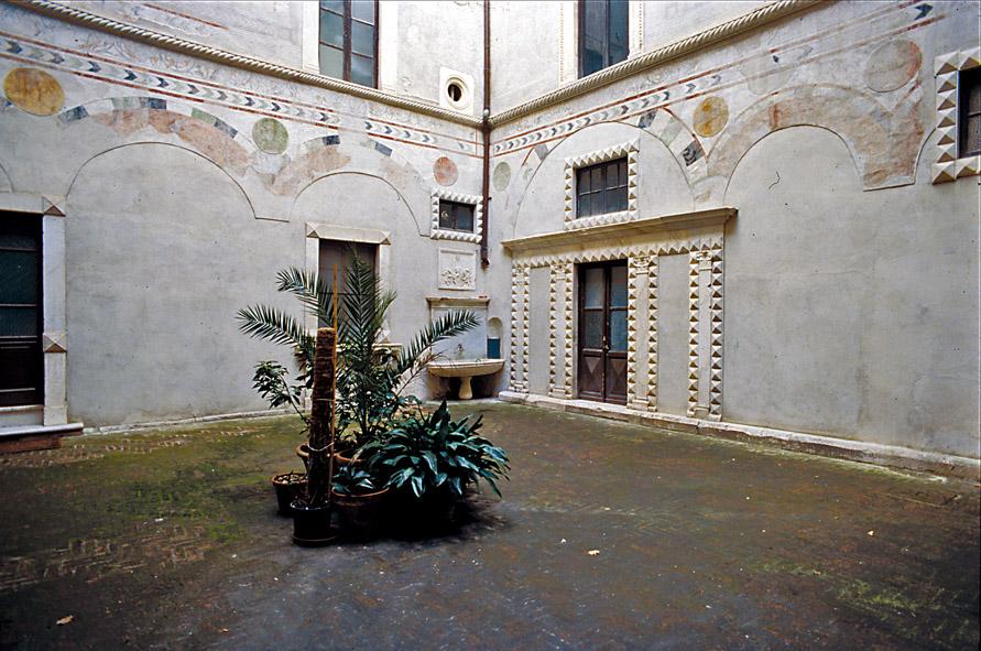 Castello Malaspina - Palazzo del Pirncipe dei Cybo (cortile)