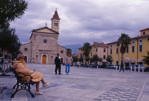 Marina di Carrara - Piazza G.Menconi - Parrocchia Sacra Famiglia