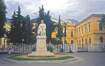 Piazza Gramsci, un tempo piazza d'Armi e giardino del Principe - Monumento a Pellegrino Rossi